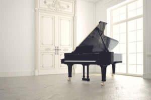 Ett svart piano inför som en flyttfirma ska flytta